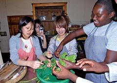アフリカ料理体験の様子